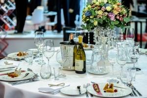 stół przygotowany na wesele